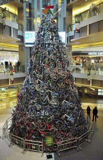 Рекламная ёлка из десятков велосипедов