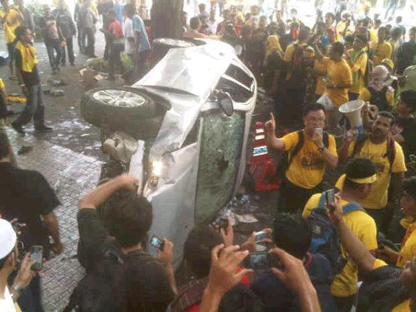 gambar kereta polis terbalik