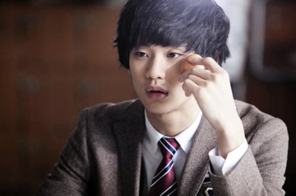 Kim Soo Hyun: Mặc đồ lót nữ cũng... thường thôi 1