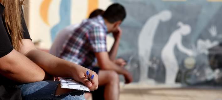 Με τέσσερα μαθήματα το απολυτήριο Λυκείου -συνεχίζεται ο εκφυλισμός των σχολείων ώστε να θεωρούνται μορφωμένοι ακόμα και οι πιο ηλίθιοι!