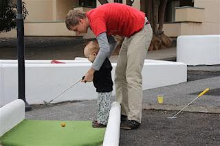 Christkind und Max beim Minigolf spielen