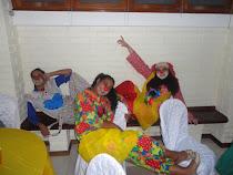 eu e minhas colegas,vestida de palhaço