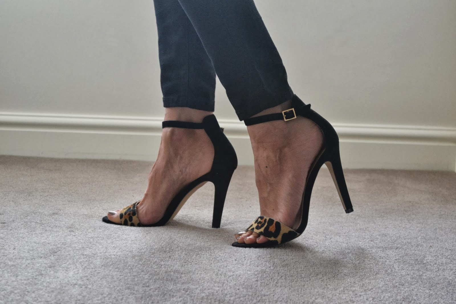 Veiny feet in heels