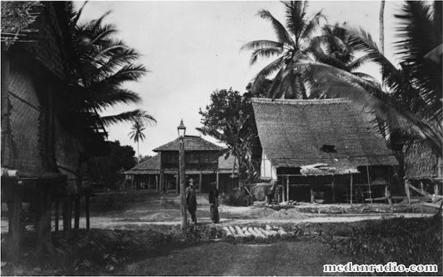 """Photo GERITEN KARO di Istana Sultan Deli saat masih di Labuhan Deli. P.J. Verth, """"Het Landschap Deli op Sumatera"""";  TNAG, Deel II, 1877"""