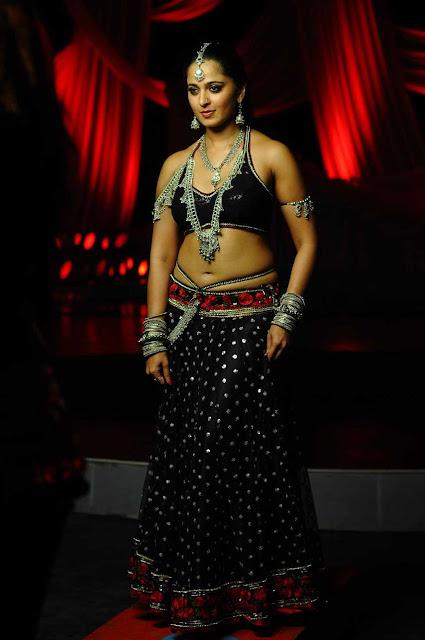 Anushka hot navel show pics