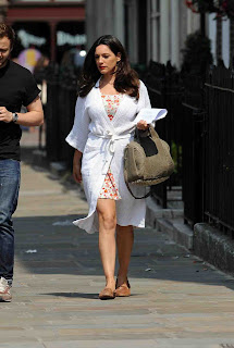 "Kelly Brook Pictures on ""Taking Stock"" set in London ~ Bollywood and South Indian Cinema Actress Exclusive Picture Galleries"