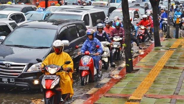 Cara Agar Nyaman Berkendara Saat Hujan