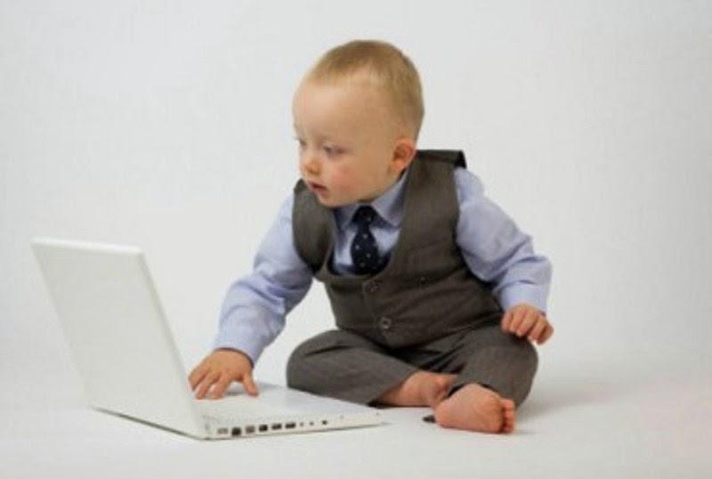 Gambar bayi lucu bermain laptop bergaya seperti bos