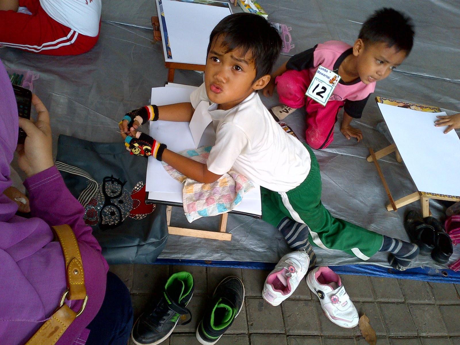 Andal dan 1 orang temannya mewakili wilayah Jakarta Selatan mengikuti lomba mewarnai dan 1 orang lagi mengikuti lomba melukis Peserta lomba mewarnai kurang