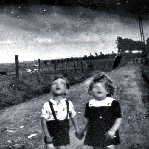 foto antigua de dos niños mirando al cielo