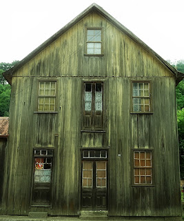 Casarão de Galópolis, Caxias do Sul. Casa de madeira, com dois pisos e sótão.