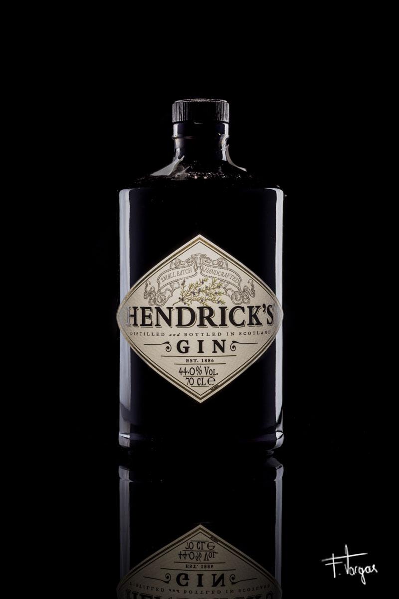 Botella de Hendrick's Gin sobre fondo negro - 1/200seg, f/14, ISO 100, Nikkor 50mm