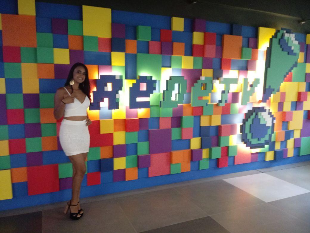 Apresentadora Bruna Santos do programa Dinâmico e Atual circula pelos corredores da Rede Tv