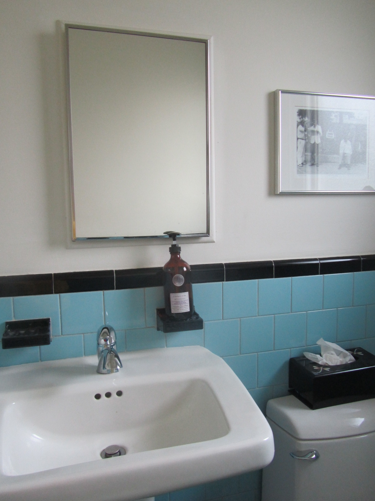 How to Stage an Old Bathroom for Home Sale   zenshmen.com   Staging ideas and Photos
