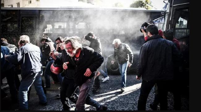 Μέλη του ΚΚΕ εισέβαλαν στο Υπ. Εργασίας και τραυμάτισαν αστυνομικό – Καμία σύλληψη  μολυσματικού μιάσματος  – ΒΙΝΤΕΟ