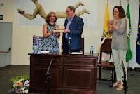 Recibiendo la estatuilla de manos del Sr. Alcalde