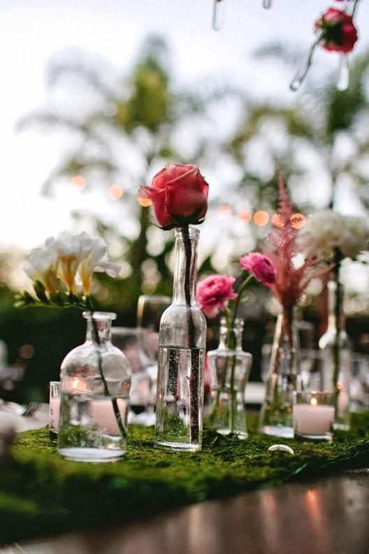rosas en botellas de cristal