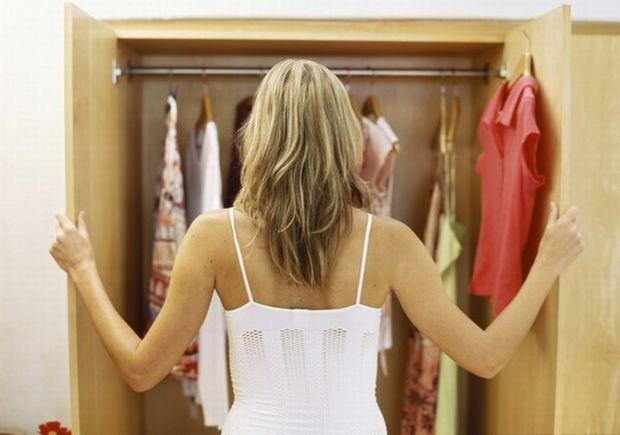 Μυρίζει κλεισούρα η ντουλάπα σου; Αυτό το κόλπο θα σώσει τα ρούχα σου!