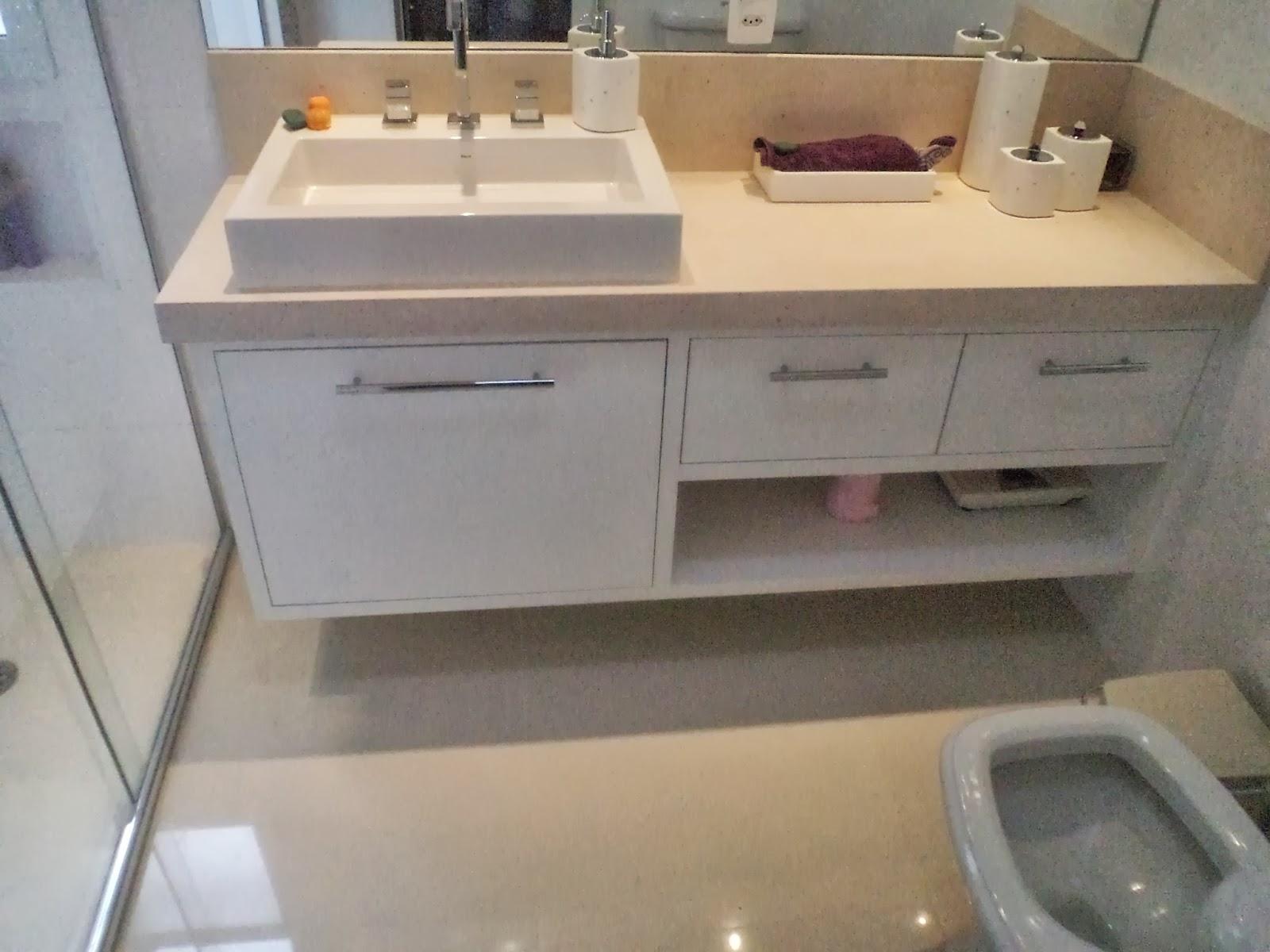 Banheiro do casal utilizei louças e metais da Deca Pastilha na  #866A45 1600x1200 Acessorios Banheiro Deca