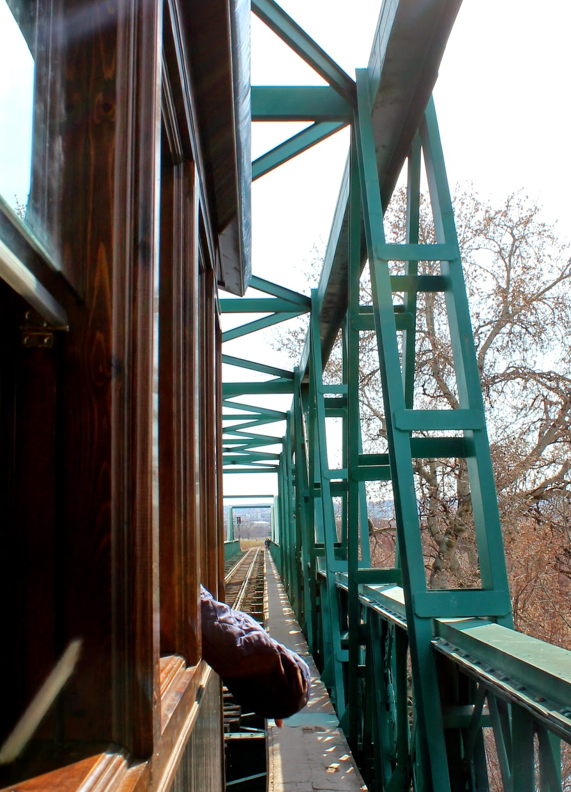 El tren de Arganda cruzando el puente de Hierro sobre el Tajuña
