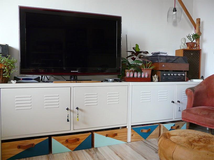 Caisses en bois customisées sous meuble TV