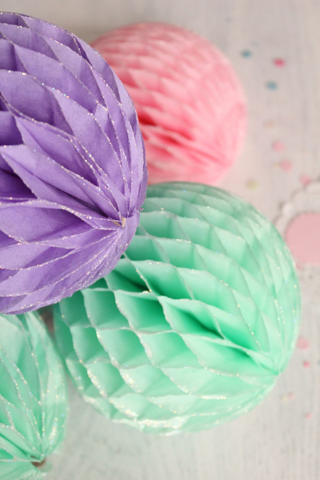 Bolas de papel nido de abeja decoradas