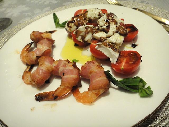 креветки запеченные в беконе закуска салат моцарелла черри