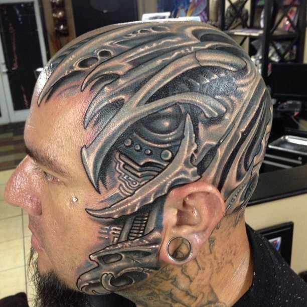 Hombre con tatuaje en la cabeza de estilo biomecanico