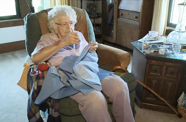 Mujer de 99 años cose todos los días un vestido para los niños en África