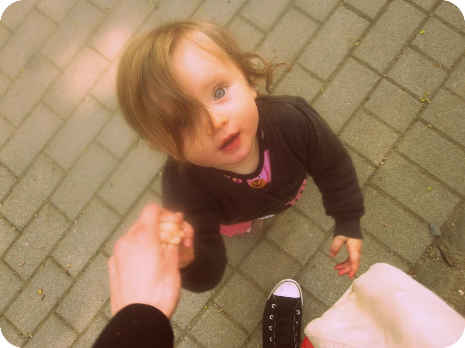 Mein Baby bevor ich ihr sage, dass wir auf den Spielplatz gehen