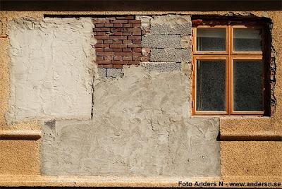 lappat och lagat, reparerat, lagad husvägg, reparerad, renoverad, igenmurat fönster, igenmurad dörr, sten, tegel, tegelsten, lagad vägg, foto anders n, tsyfpl