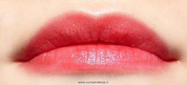 Swatch sulle labbra. Pupa - Jelly Glow. Collezione 2015.  Lip Balm nella colorazione 006 Exotic Red.