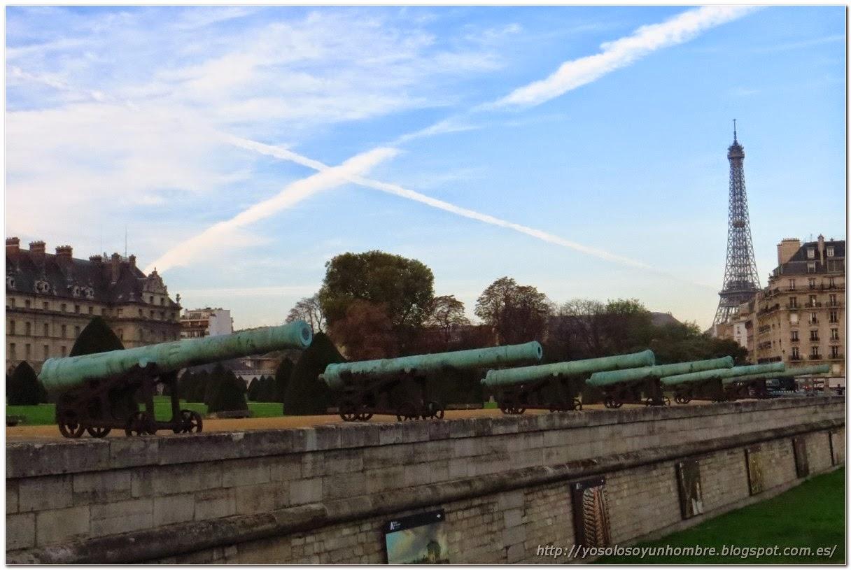 Cañones de Los Inválidos, al fondo la Torre Eiffel
