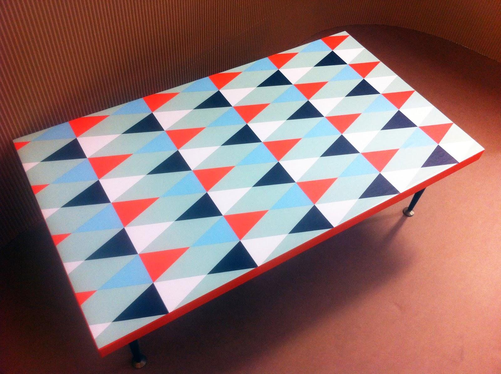table basse en carton. plateau à motif géométrique. pieds en métal. fabriquée à marseille par julia design