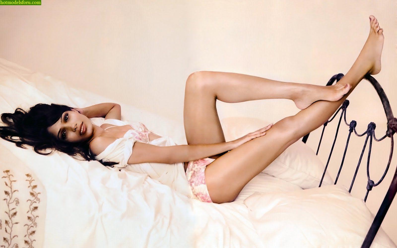 http://4.bp.blogspot.com/-1efFE7S9wHE/TardHPydMQI/AAAAAAAAAOU/2x_i7UoWBEA/s1600/Hot+Freida+Pinto+Slum+dog+millionaire+jai+ho+Hot+Hollywood+Actress+Hot+lips+hot+legs++1.jpg