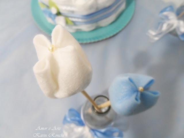 Vasinho de tulipas em feltro, azul e branca