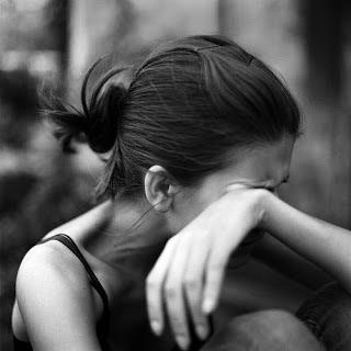 صورة بكاء بنت محزنة للغاية