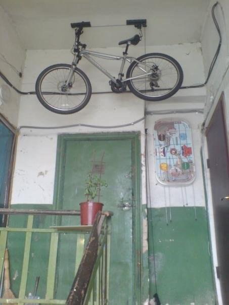 Хранение велосипеда в зимнее время под потолком на площадке .