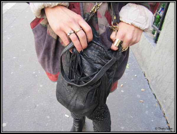 sac bourse cuir noir chaine dorée Zara, bagues dorées vintage, pantalon bleu à pois april 77