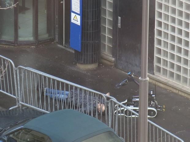 Homem é morto após tentar invadir delegacia em Paris