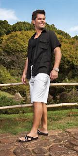 Homem usando chinelo slide de tiras cruzadas