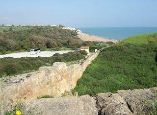 Blick von der Akropolis Selinunt Richtung Marinella. Ein größerer Parkplatz befindet am Eingang im Osten des Archäologischen Parks.