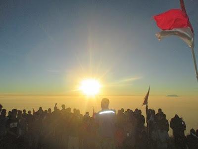 Upacara Bendera di puncak merbabu