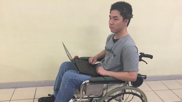 2 Mahasiswa Indonesia Berhasil Kembangkan Kursi Roda Digerakkan Sinyal Otak