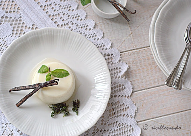 Budino alla vaniglia senza uova con sciroppo di menta ricetta dolce