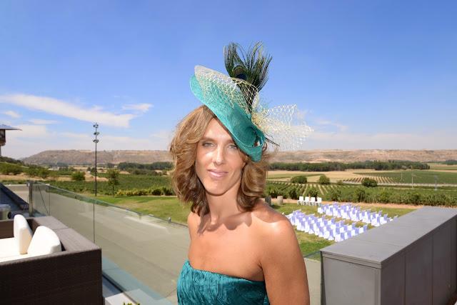 tocado para boda, tocado barato para boda, tocado económico para boda, tocado verde esmeralda, plumas de avestruz, tul dorado,