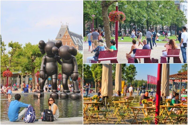 Lago artificial en Museumplein  con escultura Along the Way de KAWS – Bancos y pompas de jabon – Terrazas en Museumplein en Amsterdam