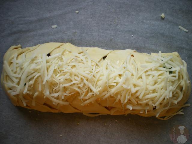 Stromboli fácil de pollo asado y mozzarella, preparado para hornear