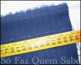 Medindo e cortando o tecido para fazer uma almofada bordada em ponto capitonê ou favinho.