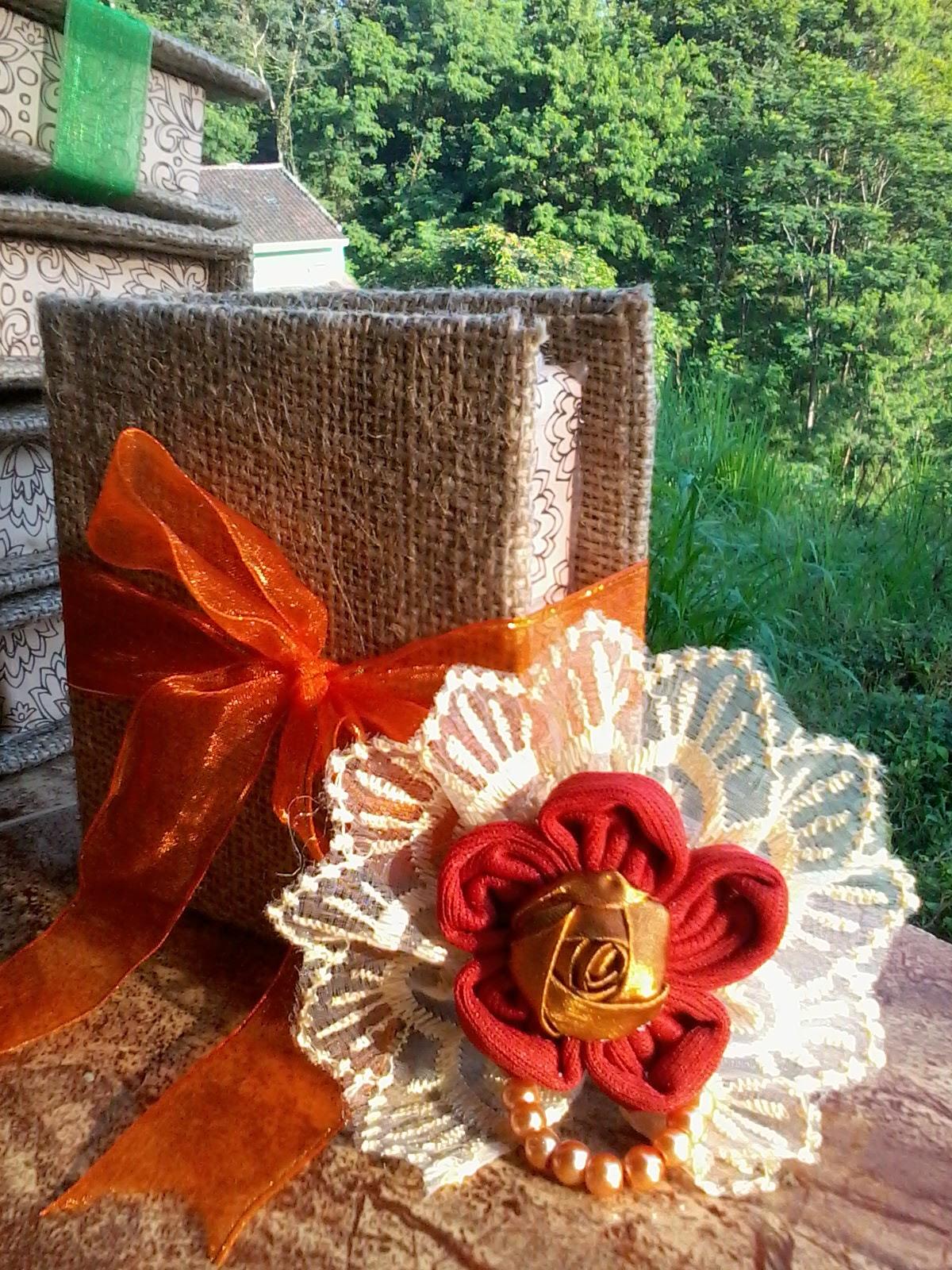 Galdiz Souvenir Pernikahan Cantik Dan Murah Bros Bunga Ter Harga Juga Looo Hanya Seharga Rp 15000 Sudah Mendapatkan 1 Kemasan Boxnya Yg Terbuat Dari Karung Goni Warna Bisa